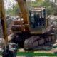 Excavator PT Duta Kartika kebut pengerukan Proyek Avor Sidokare samping Pasar Ikan Lingkar Timur Sidoarjo. (sul)