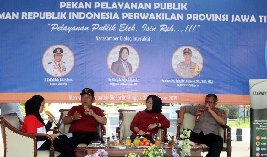 LAYANAN - Bupati Sidoarjo, Saiful Ilah bersama Ombudsman Jatim mengecek sejumlah instansi yang mengikuti pameran pelayanan publik di Alun-Alun Sidoarjo, Minggu (24/11/2019)