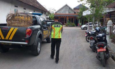 DIAMANKAN - Sejumlah petugas mengamankan barang bukti judi sabung ayam yang ada di Desa Pangkemiri, Kecamatan Tulangan, Sidoarjo, Rabu (27/11/2019) sore