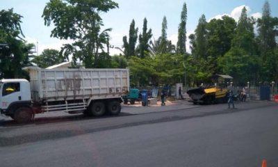 DIKEJAR DEAD LINE : Kondisi terbaru proyek Terminal Maospati dan pekerja proyek mengkebut pekerjaan pengaspalan terminal Anjuk Ladang Nganjuk. (ari)