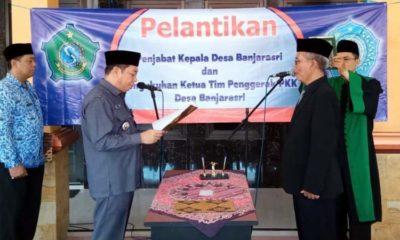 Camat Tanggulangin Didik Widoyoko (kiri) melantik dan mengambil sumpah jabatan Pj Kepala Desa Banjarasri, Sudarna (gus)