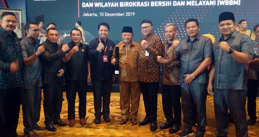 PENGHARGAAN - DPMPTSP Pemkab Sidoarjo meraih penghargaan Zona Integritas Wilayah Bebas Korupsi (WBK) dari Kemenpan RB atas keberhasilannya membangunan Zona Integritas pada sistem pelayanan perizinan terpadu melalui Mal Pelayanan Publik, Selasa (10/12/2019)