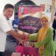 PJ. Kepala Desa Wonokalang, Ir. Joko Pitoyo menyerahkan barang barang bantuan Jalin Matra kepada Warganya. (par)