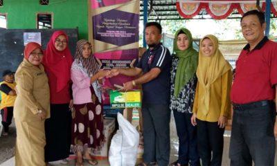 Kepala Desa Jemirahan H. Khoiruth Tholab Koordinator bersama pendamping program Jalin Matra Kabupaten Sidoarjo, Kasmuin menyerahkan bantuan (gus)