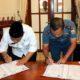 HIBAHKAN - Bupati Sidoarjo, Saiful Ilah menandatangani hibah lahan seluas 18.530 meter persegi untuk pembangunan Frontage Road Buduran - Waru dari TNI AL yang diwakilkan ke Komandan Pangkalan Utama TNI AL V Laksamana Pertama TNI, Tedjo Sukmono di Pendopo Delta Wibawa, Rabu (11/12/2019)