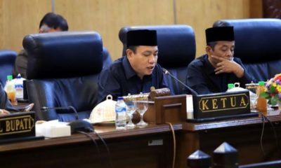 PARIPURNA - Ketua DPRD Sidoarjo, Usman memimpin rapat paripurna pengesahan 2 raperda yakni Raperda tentang Perubahan Raperda Nomor 8 Tahun 2015 tentang Pilkades dan Raperda Penyelenggaraan Kearsipan. Akan tetapi tidak dapat disahkan karena Bupati Sidoarjo dibawa KPK ke Jakarta, Rabu (8/1/2020)