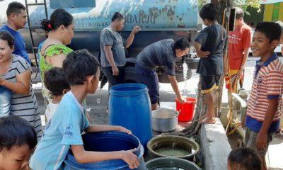 REBUTAN - Puluhan warga korban puting beliung Dusun Sidorono, Desa Barengkrajan, Kecamatan Krian, Sidoarjo berebut pasokan air bersih 5.000 liter dari PDAM Delta Tirta Sidoarjo, Senin (6/1/2020)