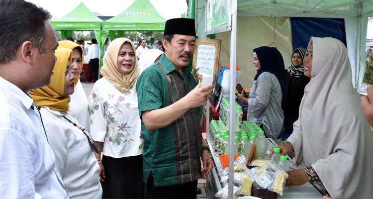 TINJAU - Plt Bupati Sidoarjo, Nur Ahmad Syaifuddin meninjau satu per satu dari 85 UMKM yang ikut pameran di Parkir Barat Transmart, Sidoarjo, Sabtu (25/1/2020)