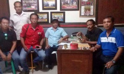 EVALUASI : Pengurus 7 LSM yang biasa disebut LSM Seven Gab usai rapat membahas kinerja Inspektorat Pemkab Sidoarjo usai OTT KPK kepada Bupati Sidoarjo H Saiful Ilah dan 6 tersangka lain. (sul)