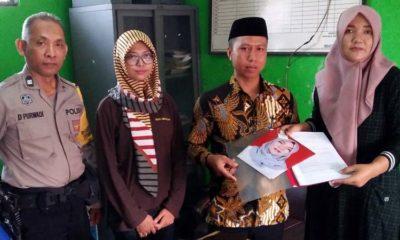 Reny Susilowati,( kanan ) Bakal Calon Kepala Desa Karangpuri menyerahkan berkas pendaftaran kepada Sudiono, ketua panitia Pilkades. (par)