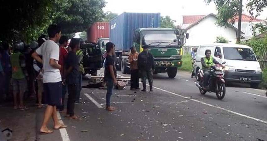 TABRAKAN - Sejumlah pengguna jalan mengevakuasi jenazah korban kecelakaan yang melibatkan motor dan bus di JL Raya Mojokerto - Surabaya, Desa Kramattemenggungan, Kecamatan Tarik, Sidoarjo, Senin (20/1/2020)