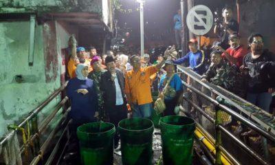 BERSIHKAN - Gubernur Jatim, Khofifah Indar Parawansa didampingi Plt Bupati Sidoarjo, Nur Ahmad Syaifuddin memantau proses bersih-bersih Sungai Buntung yang ada di Waru, Sidoarjo, Selasa (21/1/2020) malam
