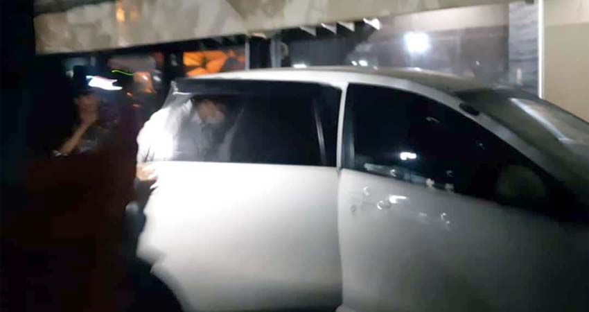 OTT - Sejumlah petugas Komisi Pemberantasan Korupsi (KPK) diduga menggelar Operasi Tangkap Tangan (OTT) di Pendopo Pemkab Sidoarjo, Selasa (07/01/2020) malam