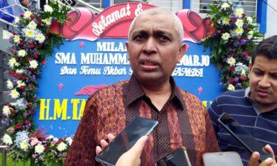 KETERANGAN - Ahmad Riyadh Bahalmar, Penasehat Hukum Bupati Sidoarjo, Saiful Ilah memberikan keterangan pers di Smamda Sidoarjo, Minggu (9/2/2020)