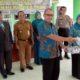 Pemdes Kedung Kembar menyerahkan cendera mata kepada Achmad Jupriyanto ( mantan Kepala Desa periode 2013 - 2019) usai pelantikan. (par)
