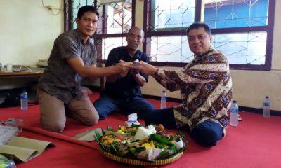 TUMPENGAN - Bacabup Sidoarjo, Kelana Aprilianto tumpengan bersama puluhan wartawan Sidoarjo di Balai Wartawan untuk memperingati Hari Pers Nasional Tahun 2020, Selasa (4/2/2020)