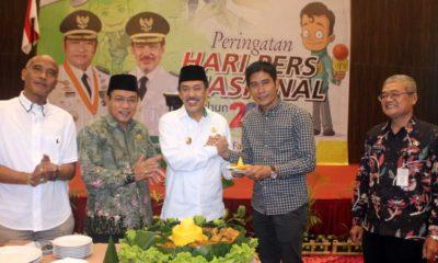TUMPENG - Wabup Sidoarjo, Nur Ahmad Syaifuddin menyerahkan potongan tumpeng kepada Ketua PWI Sidoarjo, Abdul Rouf saat peringatan Hari Pers Nasional (HPN) Tahun 2020 di Fave Hotel Sidoarjo, Rabu (27/02/2020) sore