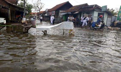 MELUAS - Banjir di Desa Kedungbanteng dan Desa Banjarasri, Kecamatan Tanggulangin tak kunjung surut mala meluas sejak sebulan mendorong dewan mendesak Pemkab Sidoarjo membangun embung dan buat sudetan, Senin (17/2/2020)