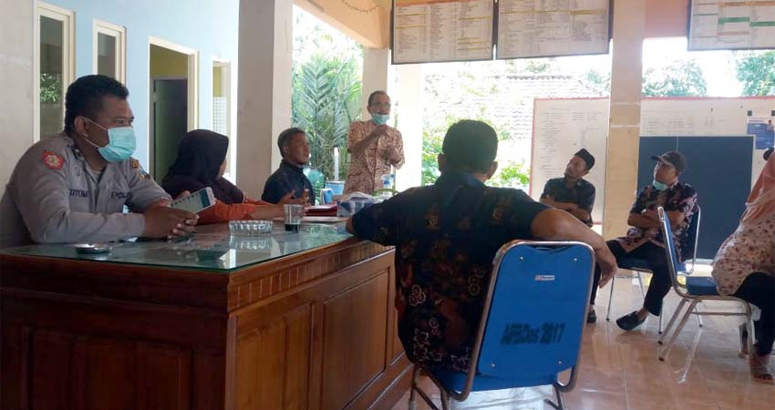 Kepala UPTD Puskesmas Jabon dr. Djoko Setijono (baju batik) bersama tim Forkopimka Jabon memberikan sosialisasi bahaya virus corona (gus)