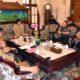 RAKOR - Wabup Sidoarjo, Nur Ahmad Syaifuddin memimpin rapat koordinasi (Rakor) bersama OPD dan Forkopimda menyikapi penyebaran Covid-19 memutuskan mulai besok Selasa (17/03/2020) sekolah di Sidoarjo diliburkan saat Rakor di Pendopo Delta Wibawa, Senin (16/03/2020)