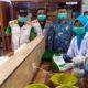 PRODUKSI - Delapan siswi Smamita Sidoarjo memproduksi hand sanitizer di ruang laboratorium disaksikan Pimpinan Daerah Muhammadiyah (PDM) dan Kepala Smamita serta para guru untuk dibagikan ke lingkungan sekitar, Kamis (19/3/2020)