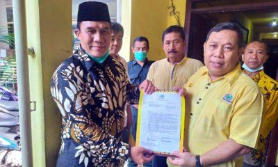 SERAHKAN - Ketua DPD Partai Golkar Sidoarjo, Warih Andono menyerahkan rekomendasi sementara Partai Golkar kepada Bacabup, Bambang Haryo Soekartono (BHS), Senin (30/3/2020)