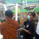 BAGI-BAGI - Koordinator Forum Komunikasi CSR Sidoarjo, Heri Soesanto beserta timnya blusukan desa dan pasar bagikan hand sanitizer dan masker, Jumat (10/4/2020)