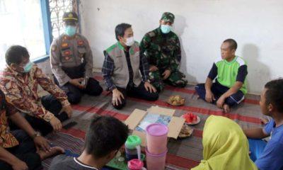 KUNJUNGAN - Ketua Gugus Tugas Covid-19 Sidoarjo, Nur Ahmad Syaifuddin mengunjungi dan memastikan Pasien Dalam Pengawasan (PDP) Rukhiyati (44) warga Desa Watutulis, Kecamatan Prambon, Sidoarjo yang meninggal dunia beberapa hari lalu statusnya negatif Covid-19, Sabtu (11/4/2020)