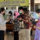 Gugus Tugas Covid-19 Sidoarjo Terima Bantuan 30 Baju Hazmat dan 10.000 Masker PT Young Tree