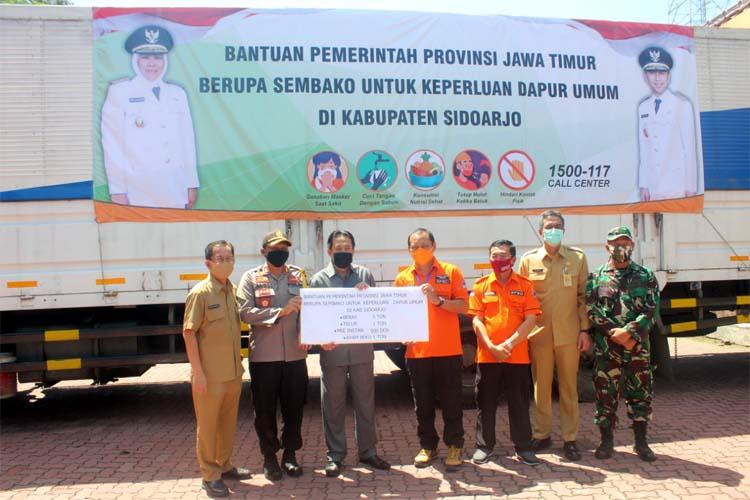 BANTUAN - Wabup Sidoarjo, Nur Ahmad Syaifuddin menerima bantuan sembako dari Pemprop Jatim berupa beras 5 ton, telur 1 ton, mie instan 500 dos serta ayam beku 1 ton, Senin (27/04/2020)