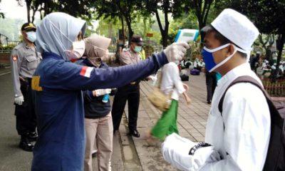 TES - Sebanyak 125 santri Pondok Pesantren Sidogiri, Pasuruan yang tiba di halaman parkir Masjid Agung Sidoarjo diperiksa kesehatan dan disemprot disinfektan, Kamis (2/4/2020)