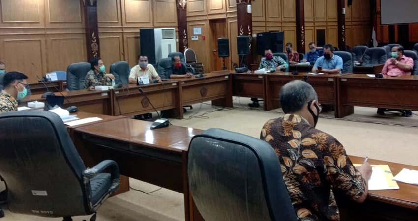 HEARING - Para pimpinan DPRD Sidoarjo dan Komisi serta fraksi menggelar hearing bersama ekskutif soal realisasi pembangunan RSUD Barat di ruang Paripurna DPRD Sidoarjo, Selasa (12/5/2020)