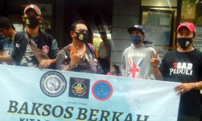 Komunitas Arek Sidoarjo didukung CV Jayatama menggelar bagi takjil di kawasan Ponti Barat GOR Gelora Delta Sidoarjo. (sul)