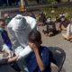 Polisi Sidoarjo Tindak Pelanggar Jam Malam, Rapid Test Massal Puluhan Pemuda