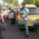 BAGIKAN - Kerjasama dengan BPJS Kesehatan, anggota dan pengurus PWI Sidoarjo membagikan 500 masker dan hand sanitizer kepada para pengguna jalan yang melintas di lampu merah Alun-Alun, Sidoarjo, Senin (22/06/2020) sore