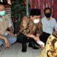 BANTUAN - Plt Bupati Sidoarjo, Nur Ahmad Syaifuddin menyerahkan bantuan sembako dan uang tunai untuk Wagina (90) warga Kelurahan Urangagung, Kecamatan Sidoarjo yang hidup sebatang kara dan hidup mengandalkan belas kasian dari warga sekitar, Senin (1/6/2020)