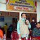 SERAHKAN - Plt Bupati Sidoarjo, Nur Ahmad Syaifuddin didampingi Kepala Dinsos Pemkab Sidoarjo, Tirto Adi secara simbolis menyerahkan bantuan Rp 200.000 kepada keluarga kurang mampu di wilayah Kecamatan Tarik, Sabtu (20/6/2020)