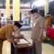 Plt. Camat Wonoayu, Gundari, H ketika menghadiri penandatanganan SK Pj. Kepala Desa Wonokalang Mohamammad Sukur. (par)