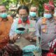 Wakil Bupati Sidoarjo, Nur Ahmad Syaifuddin, didampingi Kapolresta Sidoarjo, Kombespol Sumardji dan Kepala Desa Sawocangkring, Sugito saat meninjau produk UMKM. (par)