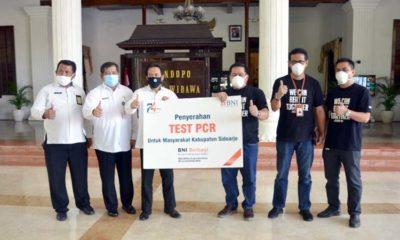 BANTUAN - Ketua Gugus Tugas Penanganan Covid-19, Nur Ahmad Syaifuddin menerima bantuan 600 alat tes Polymerase Chain Reaction (PCR) dari Manager Bisnis Banking BNI, Sumadi di Pendopo Delta Wibawa Sidoarjo, Rabu (24/06/2020)