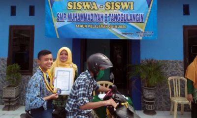 PELEPASAN : Dewan guru dan Kasek SMP Muhamdiyah 8 Tanggulangin, Sidoarjo melepas siswanya dari atas kendaraan bermotor. (st-1)
