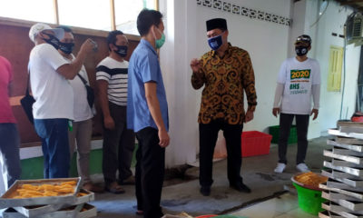 DIALOG - Bacabup Sidoarjo, Bambang Haryo Soekartono (BHS) berdialog dengan pemilik dan karyawan UMKM Cireng dan Nugget di Dusun Pager, Desa Sawotratap, Kecamatan Gedangan, Sidoarjo, Rabu (22/7/2020)