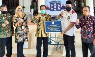 PENYERAHAN - Kepala BLK Sidoarjo Imam Agung menyerahkan bantuan kepada Plt Bupati Sidoarjo, Nur Ahmad Syaifuddin yang juga Ketua Gugus Tugas Percepatan Penanganan Covid-19 Sidoarjo di pendopo Delta Wibawa, Selasa (21/7/2020)