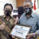 SERAHKAN - Plt Bupati Sidoarjo, Nur Ahmad Syaifuddin menyerahkan bantuan operasional Kampung Tangguh Rp 10 juta per desa di Kantor Kecamatan Sidoarjo, Selasa (14/7/2020)