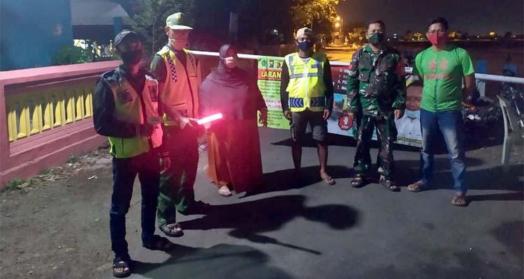 Sekretaris Desa Plumbon Ninik Masruroh (nomor 3 dari kiri), saat berad di pos check point bersama tim relawaan antasipasi penyebaran wabah virus corona (gus)