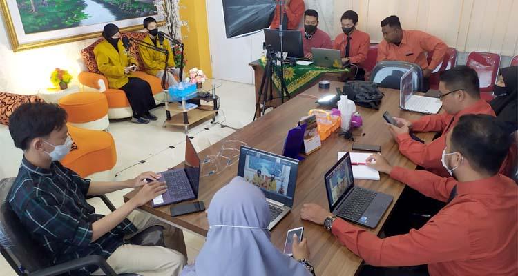 DARING - Sejumlah guru SMA Muhammadiyah I Taman (Smamita) menyiapkan prosesi pembukaan Forum Ta'aruf dan Orientasi Siswa (Fortasi) 232 siswa siswi kelas X menggunakan sistem daring (dalam jaringan) yang bisa diakses melalui zoom meeting, Rabu (14/7/2020)