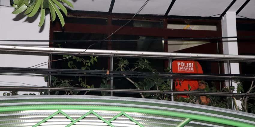 EVAKUASI - Sejumlah tim Inafis Polresta Sidoarjo saat mengevakuasi jenazah Mahdalena Tien Kertini (66) yang tewas di dalam kamar rumahnya sendiri di JL Brigjend Katamso, Dusun Bandilan, Desa Kedungrejo, Kecamatan Waru, Sidoarjo, Jumat (24/7/2020) malam kemarin