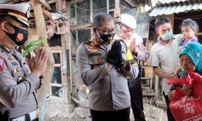 SERAHKAN BANTUAN - Kapolresta Sidoarjo Kombes Pol Sumardji turun langsung secara door to door ke rumah warga menyerahkan bantuan ke warga Desa Cemengkalang, Kecamatan Sidoarjo, Selasa (28/7/2020)