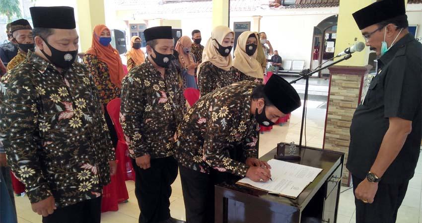 Plt Camat Wonoayu, Gundari menyaksikan penandatanganan SK BPD Wonokalang. (par)