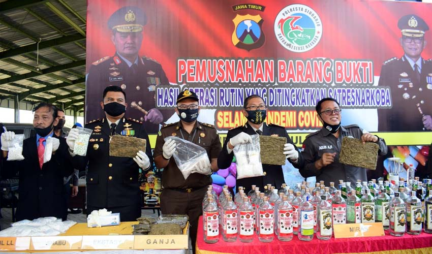 Polresta Sidoarjo Musnahkan 40.000 Pil, 500 Botol Miras di Hari Bhayangkara ke-74